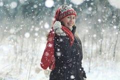 Mulher do divertimento na floresta do abeto vermelho do inverno Imagens de Stock Royalty Free