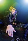 Mulher do DJ que joga a música pelo misturador Fotografia de Stock