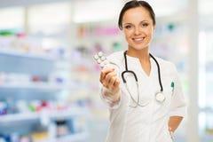 Mulher do doutor na farmácia Imagens de Stock