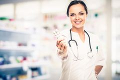 Mulher do doutor na farmácia Fotos de Stock