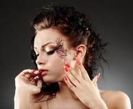 Mulher do encanto com pintura facial foto de stock