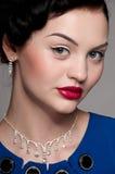 Mulher do encanto do close up com bordos vermelhos. Moda foto de stock royalty free