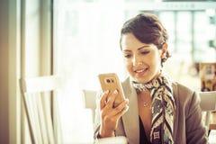 Mulher do envio de mensagem de texto imagem de stock royalty free