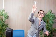 A mulher do escritório que faz os aviões de papel Foto de Stock