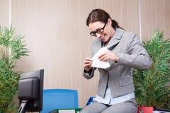 A mulher do escritório que faz os aviões de papel Imagens de Stock
