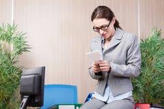 A mulher do escritório que faz os aviões de papel Fotos de Stock