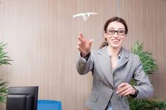 A mulher do escritório que faz os aviões de papel Imagens de Stock Royalty Free