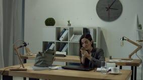 A mulher do escritório terminou seu trabalho e ir em casa filme