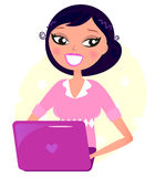 Mulher do escritório que trabalha com portátil cor-de-rosa Foto de Stock