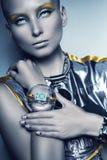 Mulher do espaço com braceletes estranhos Fotos de Stock
