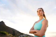 Mulher do esporte com olhar fixamente cruzado braços fotografia de stock royalty free