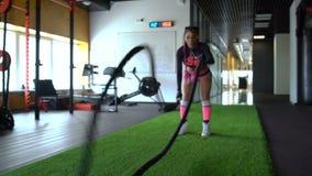 Mulher do esporte de dois Caucasian que dá certo em levantar peso do gym filme
