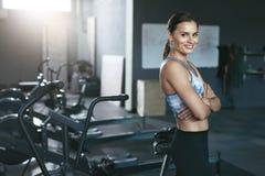 Mulher do esporte no Sportswear no Gym de Crossfit fotografia de stock