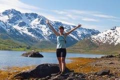 Mulher do esporte perto do lago da montanha Imagens de Stock