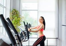 Mulher do esporte que exercita o gym, fitness center fotografia de stock