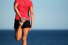 Mulher do esporte que faz esticando o exercício da aptidão fotos de stock royalty free