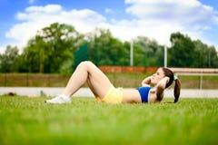 Mulher do esporte que faz o exercício fotos de stock