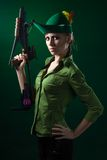 Mulher do estilo de Robin Hood com besta imagens de stock