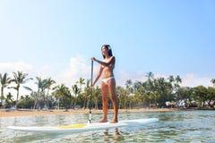 Mulher do estilo de vida da praia de Havaí que paddleboarding Imagens de Stock
