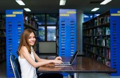 Mulher do estudante que usa o laptop fotos de stock
