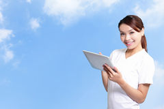Mulher do estudante que usa a tabuleta digital Imagem de Stock Royalty Free