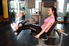 Mulher do exercício do exercício da extensão do pé do Gym interna Bonito, imprensa fotos de stock royalty free