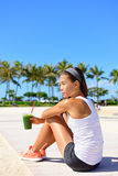 Mulher do exercício que bebe o batido vegetal verde Fotografia de Stock Royalty Free