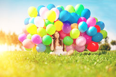 Mulher do feliz aniversario contra o céu com os vagabundos arco-íris-coloridos do ar Foto de Stock Royalty Free