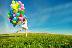 Mulher do feliz aniversario contra o céu com os vagabundos arco-íris-coloridos do ar Fotos de Stock Royalty Free