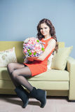 A mulher do florista prepara um ramalhete grande de rosas vermelhas Fotografia de Stock Royalty Free