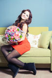 A mulher do florista prepara um ramalhete grande de rosas vermelhas Imagem de Stock Royalty Free
