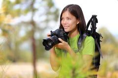 Mulher do fotógrafo do curso da natureza foto de stock