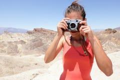 Mulher do fotógrafo do turista no Vale da Morte Fotografia de Stock Royalty Free