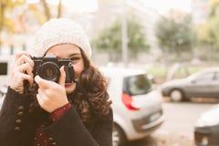 Mulher do fotógrafo que toma imagens na cidade Fotos de Stock