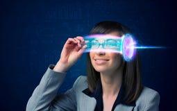 Mulher do futuro com elevação - vidros do smartphone da tecnologia Fotografia de Stock Royalty Free
