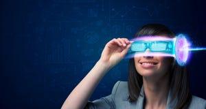Mulher do futuro com elevação - vidros do smartphone da tecnologia Imagem de Stock Royalty Free