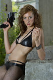 Mulher do gângster com arma e cigarro Fotografia de Stock Royalty Free