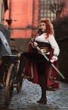 A mulher do guerreiro com a espada na roupa medieval é muito perigosa Foto de Stock Royalty Free