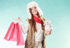 Mulher do inverno com compra pequena do boneco de neve e dos sacos fotos de stock