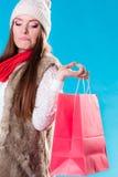 Mulher do inverno com o saco de compras de papel vermelho Imagens de Stock