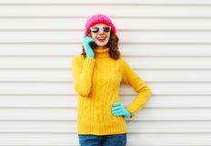 Mulher do inverno da forma que fala no smartphone Fotografia de Stock Royalty Free
