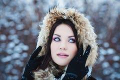 Mulher do inverno na neve fora no dia de inverno frio nevando. Imagem de Stock Royalty Free