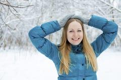 Mulher do inverno no parque da neve do resto Menina em uma cama de pena de turquesa imagem de stock royalty free