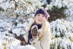 Mulher do inverno que joga com neve imagens de stock