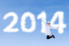 A mulher do inverno salta com ano novo 2014 Imagem de Stock