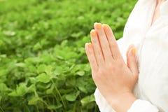 A mulher do iogue faz exercícios da ioga, dar certo, praticando o pranayam imagens de stock