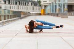 Mulher do iogue que equilibra nas mãos Fotos de Stock Royalty Free