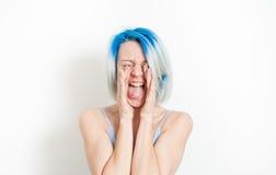 Mulher do jovem adolescente que grita no branco foto de stock