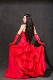 Mulher do Latino com cabelo longo na dança de ondulação vermelha do vestido na ação Imagens de Stock Royalty Free