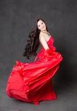 Mulher do Latino com cabelo longo na dança de ondulação vermelha do vestido na ação com tela do voo Fotos de Stock Royalty Free